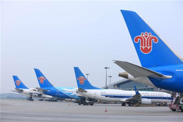 2015年12月31日晚22点58分,从上海虹飞往广州的南航CZ3582航班平稳降落在广州白云国际机场,标志着南航圆满实现2015安全运营年。当年南航共安全运输旅客近1.1亿人次,同比增长8.3%,货邮运输量151万吨,运输总周转量 223.8亿吨公里,同比分别增长5.5%和13.1%。 2015年,南航共平安执行航班71.